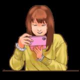 スマホを操作する女性のイラスト(ニヤッと笑顔バージョン)